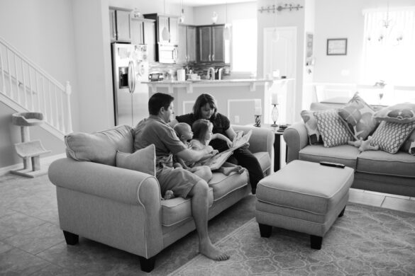 Prscilla Barbosa photography - family reading stories together